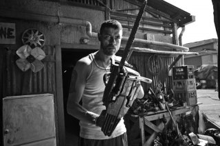 Razzabastarda: Alessandro Gassman armato di motosega in una scena