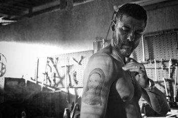 Razzabastarda: un tatuato Alessandro Gassman in una scena