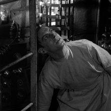 Colin Clive in una scena del film Frankenstein (1931)