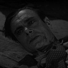 Colin Clive in una sequenza del film Frankenstein (1931)