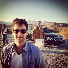 Una notte da leoni 3: Justin Bartha nel deserto. Alle sue spalle John Goodman e Zach Galifianakis
