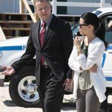Aidan Quinn e Lucy Liu in una scena dell'episodio Flight Risk della prima stagione di Elementary