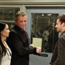 Aidan Quinn, Jonny Lee Miller e Lucy Liu in una scena dell'episodio Child Predator della prima stagione di Elementary