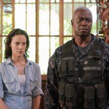 Andre Braugher e Camille De Pazzis in una scena dell'episodio Otto rintocchi della serie della serie TV Last Resort