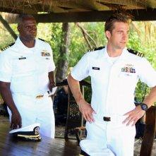 Andre Braugher e Scott Speedman in una scena dell'episodio L'accordo della prima stagione della serie Last Resort