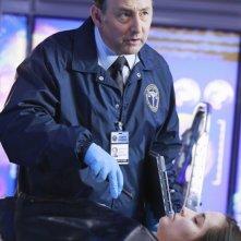 Arye Gross in una scena promozionale dell'episodio The Final Frontier della serie Castle - Detective tra le righe