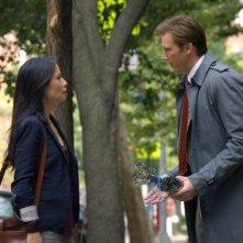 Bill Heck e Lucy Liu in un momento dell'episodio While You Were Sleeping della serie Elementary