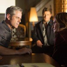 C. Thomas Howell, Nathan Fillion e Stana Katic in una scena dell'episodio Swan Song della serie Castle - Detective tra le righe