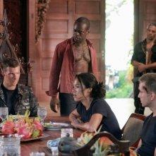 Chad Michael Collins, Sahr Ngaujah, Jessica Camacho e Will Rothhaar in una foto promozionale dell'episodio Otto rintocchi della serie Last Resort