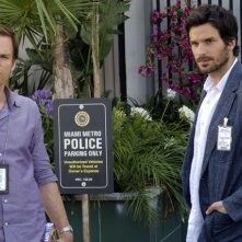 Dexter: Michael C. Hall e Santiago Cabrera nell'episodio Do the Wrong Thing