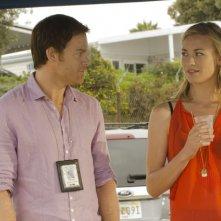 Dexter: Michael C. Hall e Yvonne Strahovski nell'episodio Swim Deep