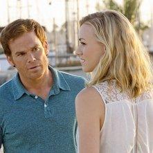 Dexter: Michael C. Hall ed Yvonne Strahovski in una scena dell'episodio Argentina