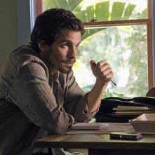 Dexter: Santiago Cabrera in una scena dell'episodio Chemistry