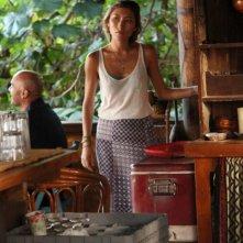 Dichen Lachman in una scena dell'episodio Traditori della prima stagione della serie Last Resort