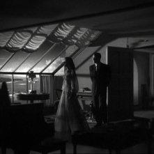 Gail Russell con Ray Milland in una sequenza del film La casa sulla scogliera (1944)