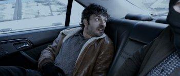 Il cecchino: Luca Argentero nei panni di uno dei rapinatori in una scena del film