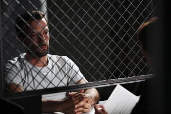 Il cecchino: Mathieu Kassovitz in prigione in una scena del film