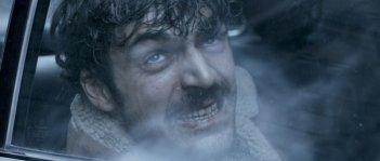 Il cecchino: un primo piano sofferente di Luca Argentero, ferito in una scena del film