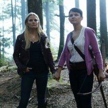 Jennifer Morrison e Ginnifer Goodwin in una scena dell'episodio Into the Deep della serie C'era una volta