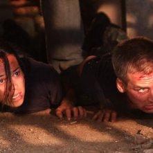 Jessica Camacho e Will Rothhaar in una scena dell'episodio Otto rintocchi della serie Last Resort
