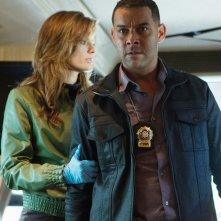 Jon Huertas e Stana Katic in una scena dell'episodio Swan Song della serie Castle - Detective tra le righe