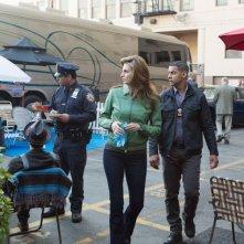 Jon Huertas con Stana Katic in una scena dell'episodio Swan Song della serie Castle - Detective tra le righe
