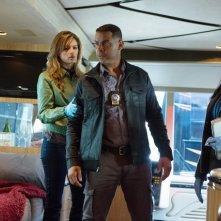 Jon Huertas, Tamala Jones e Stana Katic in una scena dell'episodio Swan Song della quinta stagione della serie Castle - Detective tra le righe