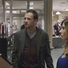 Jonny Lee Miller, Aidan Quinn e Callie Thorne in una scena dell'episodio One Way to Get Off della serie TV Elementary
