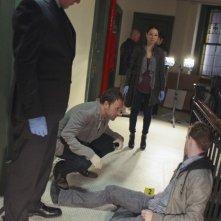 Jonny Lee Miller, Aidan Quinn e Lucy Liu in un momento dell'episodio While You Were Sleeping della serie Elementary