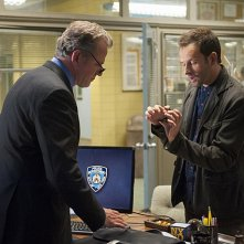 Jonny Lee Miller con Aidan Quinn in una scena dell'episodio The Long Fuse della prima stagione di Elementary