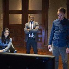 Jonny Lee Miller con Jon Michael Hill e Lucy Liu in una scena dell'episodio The Long Fuse della prima stagione di Elementary