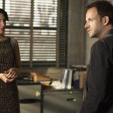 Jonny Lee Miller con Lisa Edelstein in una scena dell'episodio The Long Fuse della prima stagione di Elementary