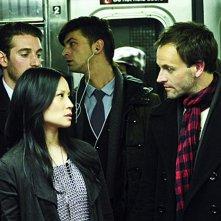 Jonny Lee Miller insieme a Lucy Liu in una scena del pilot della serie Elementary