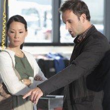 Jonny Lee Miller con Lucy Liu in una scena dell'episodio Flight Risk della prima stagione della serie Elementary