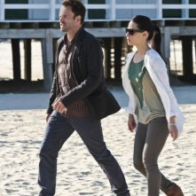 Jonny Lee Miller con Lucy Liu in una scena dell'episodio Flight Risk della prima stagione di Elementary