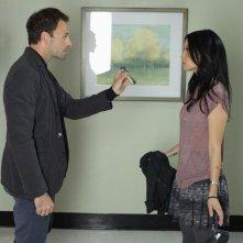 Jonny Lee Miller con Lucy Liu in una scena dell'episodio Lesser Evils della prima stagione di Elementary