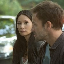 Jonny Lee Miller con Lucy Liu in una scena dell'episodio The Rat Race della serie TV Elementary
