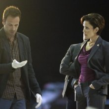 Jonny Lee Miller con Reiko Aylesworth in una scena dell'episodio Flight Risk della prima stagione di Elementary
