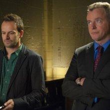 Jonny Lee Miller e Aidan Quinn in una scena dell'episodio The Long Fuse della prima stagione di Elementary