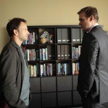Jonny Lee Miller e David Harbour in una scena dell'episodio Lesser Evils della prima stagione di Elementary