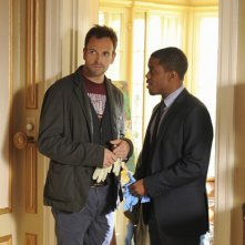 Jonny Lee Miller e Jon Michael Hill in una scena dell'episodio Child Predator della prima stagione di Elementary
