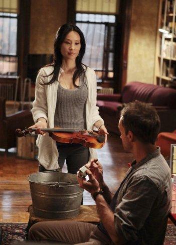 Jonny Lee Miller e Lucy Liu in un momento dell'episodio While You Were Sleeping della serie Elementary