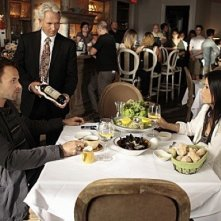 Jonny Lee Miller e Lucy Liu in una scena dell'episodio The Rat Race della serie TV Elementary