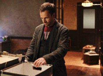 Jonny Lee Miller in un momento dell'episodio Child Predator della prima stagione della serie TV Elementary