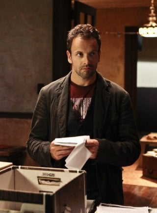 Jonny Lee Miller in una scena dell'episodio Child Predator della prima stagione di Elementary