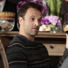 Jonny Lee Miller  in una scena dell'episodio The Rat Race della serie TV Elementary