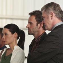 Jonny Lee Miller insieme a Jon Michael Hill, Aidan Quinn e Lucy Liu in una scena dell'episodio Flight Risk della prima stagione di Elementary