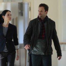 Jonny Lee Miller insieme a Lucy Liu in una scena dell'episodio Lesser Evils della prima stagione di Elementary