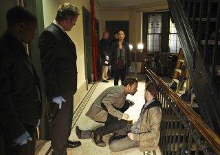 Jonny Lee Miller, Jon Michael Hill, Aidan Quinn e Lucy Liu in un momento dell'episodio While You Were Sleeping della serie Elementary