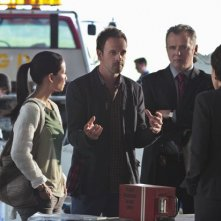Jonny Lee Miller, Jon Michael Hill, Aidan Quinn e Lucy Liu in una scena dell'episodio Flight Risk della prima stagione di Elementary